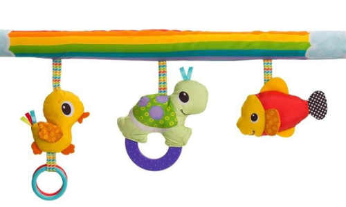 Hrazdička s hračkami nad hrací deku