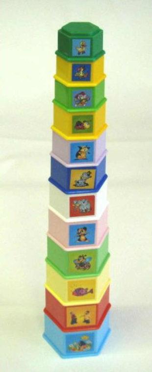 Vysoká dětská pyramida z hranatých plastových kelímků