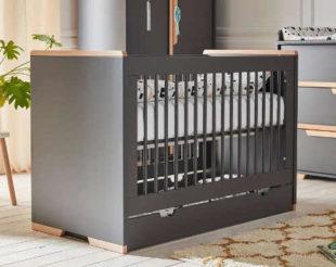 Moderní tmavě šedá dětská postýlka Pinio Snap, 140 x 70 cm